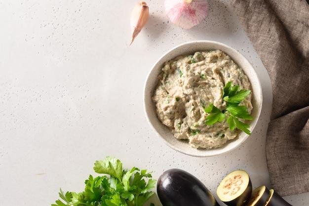 パセリにんにくとオリーブオイルを添えた焼きナスのババガヌーシュレバント料理の前菜