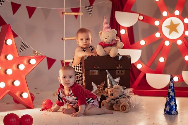 서커스 무대에서 서커스 의상을 입은 아기들