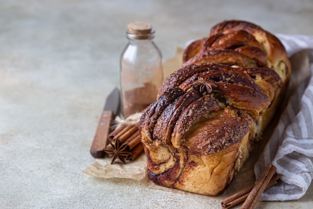 シナモンとブラウンシュガーを添えたバブカまたはブリオッシュのパン自家製ペストリー