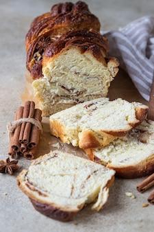 シナモンと砂糖を入れたバブカまたはブリオッシュのパン