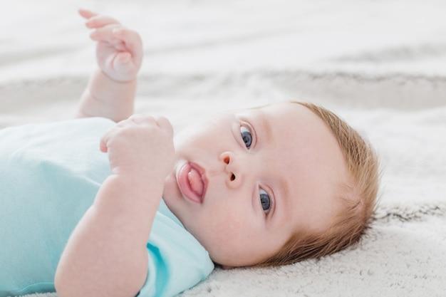 ベッドの上で2ヶ月の赤ちゃん