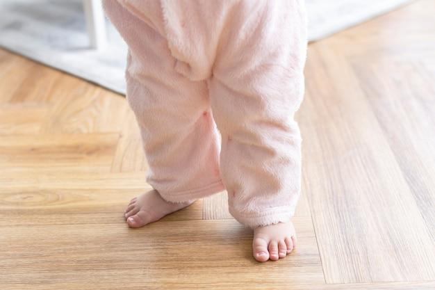 귀여운 작은 발을 가진 아기의 첫걸음