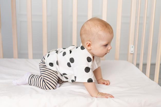 Малышка 8 месяцев хочет выбраться из кроватки, место для текста