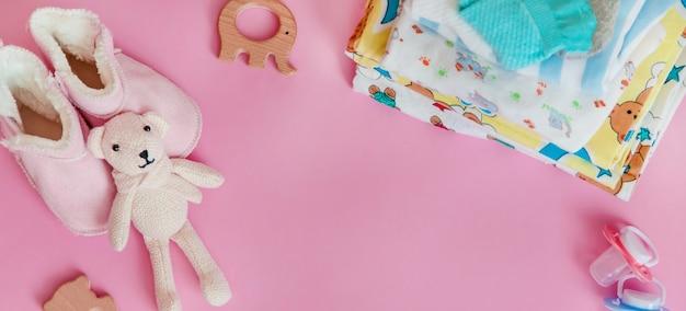 착색 된 표면에 신생아를위한 아기 액세서리