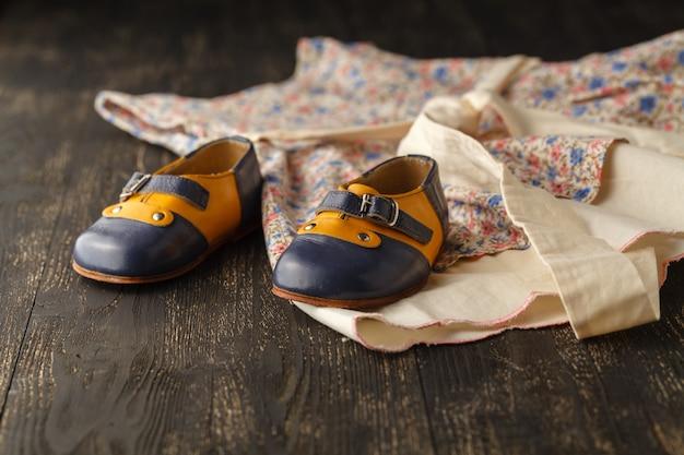 ベビーアクセサリーテーブル:コピースペース付きのベビーガールテーブル用の軽いフラワードレスと靴
