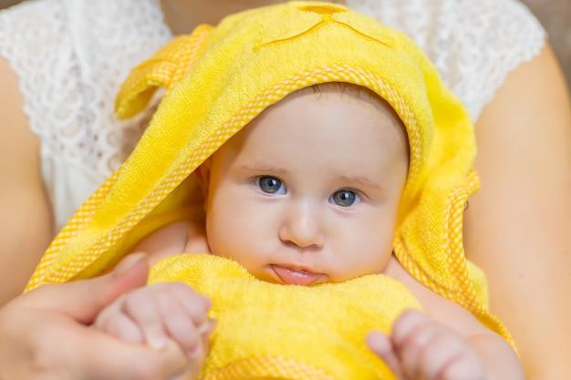 タオルで入浴した後の赤ちゃん。