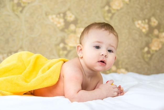 タオルで入浴した後の赤ちゃん