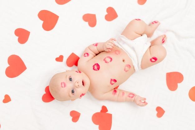 Ребенок среди сердец и поцелуев от красной помады, концепция любви