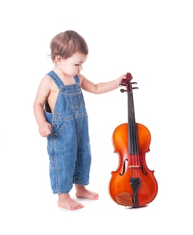 白で隔離の赤ちゃんとバイオリン。将来の職業を選ぶ