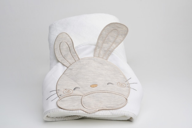 흰색 배경에 아기 동물 목욕 가운 흰색 배경에 고립 된 어린이 목욕 가운 어린이 접힌 목욕 가운