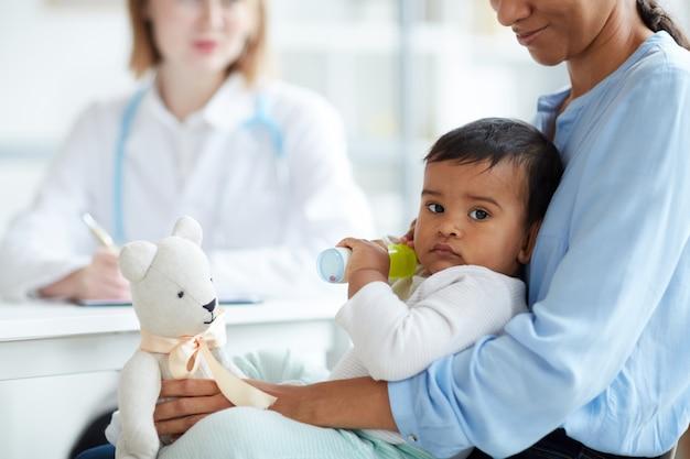 医者のオフィスで赤ちゃん