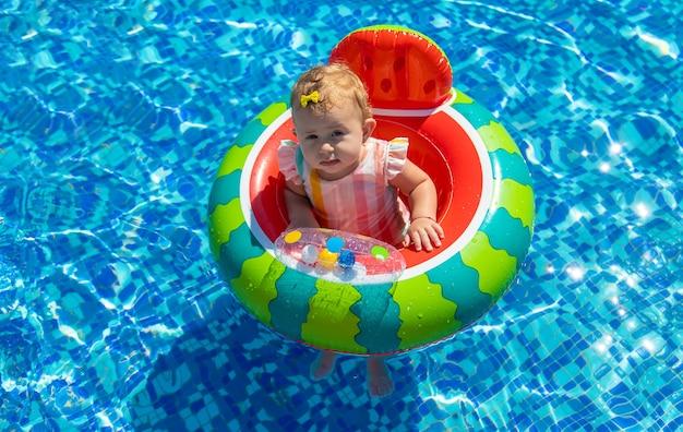 赤ちゃんはプールで輪になって入浴します。セレクティブフォーカス。子供。