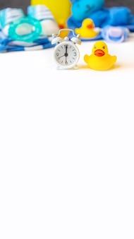 Детские купальные принадлежности на белом фоне. выборочный фокус.