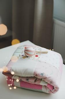 Детское постельное белье уютная детская кроватка с розовым пледом в стиле пэчворк