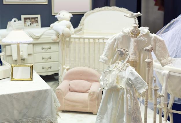 白いテディベアと赤ちゃんの寝室