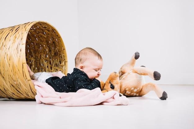 Ребенок, кусающий плюшевых оленей