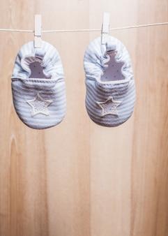 ロープに取り付けられたベビーブーツ-babyshowerポストカード