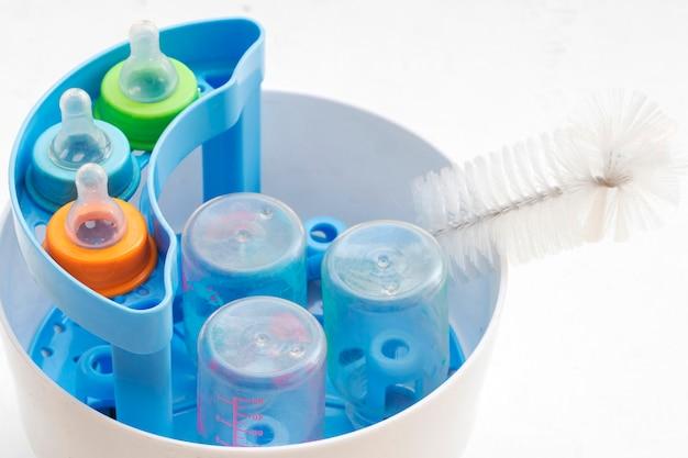 哺乳瓶は消毒剤をきれいに洗います