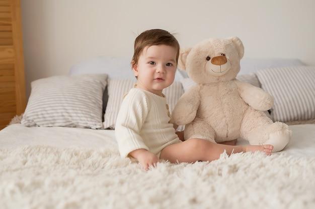 Малыш . день защиты детей. счастливое детство раннее развитие ребенка. развивающие деревянные игрушки. , ребенок играет с игрушками. счастливый ребенок.
