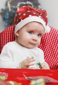 サンタクロースの帽子をかぶった男の子