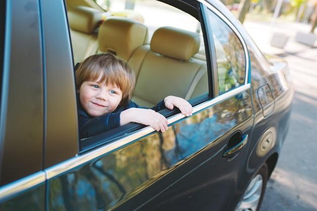 車の中で男の子。