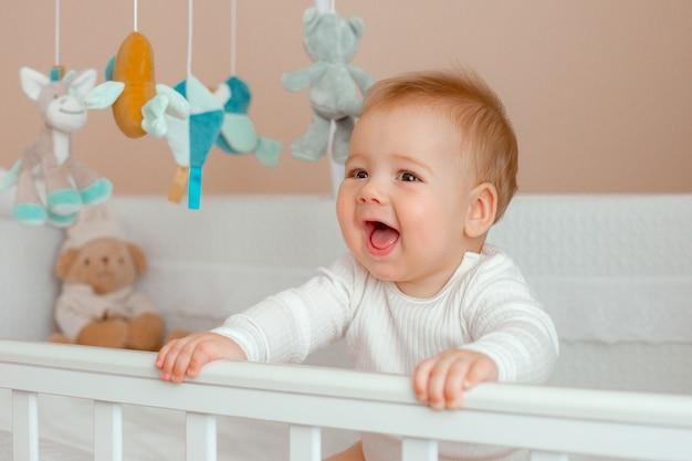 어린이 침실에있는 침대에있는 아기