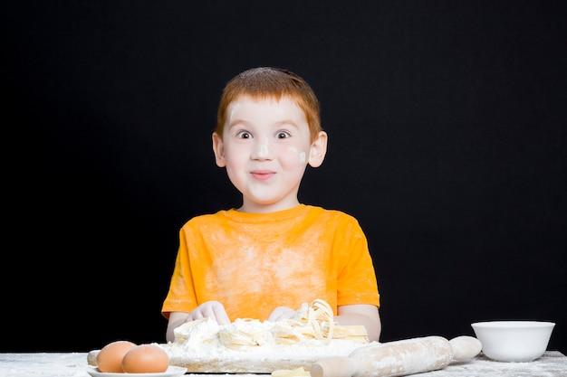 Мальчик на кухне, помогая готовить