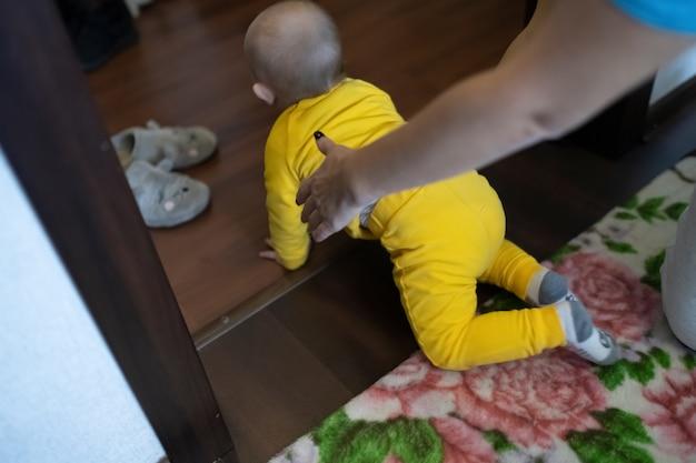 家でお母さんと遊ぶ男の子、ライフスタイル