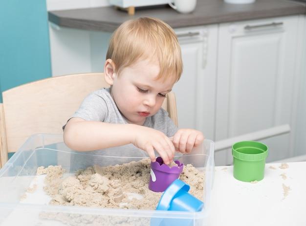 운동 모래 집에서 노는 아기.