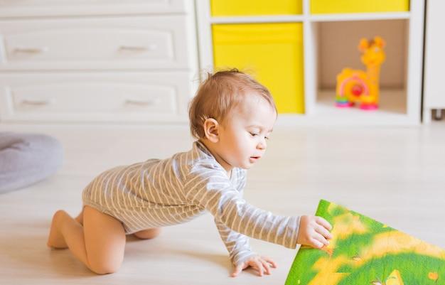 男の子は自分の部屋で遊んでいます。かわいい赤ちゃん