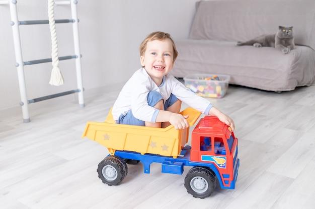 집에서 타자기에 앉아 있거나 타고있는 아기, 어린이 게임의 개념