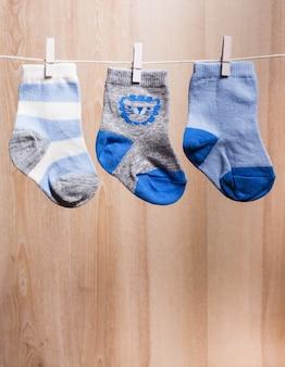 ロープに取り付けられた男の子の靴下