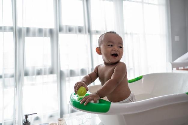 盆地に座って風呂に入っている男の子