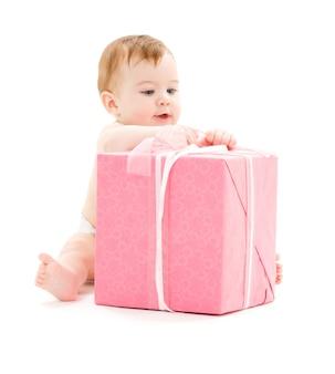 Мальчик с большой подарочной коробкой