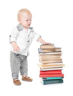 Мальчик с изолированными книгами