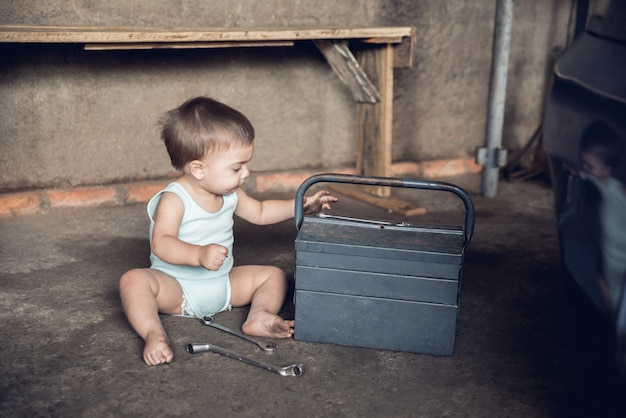 Механик baby boy - сидя на полу в магазине