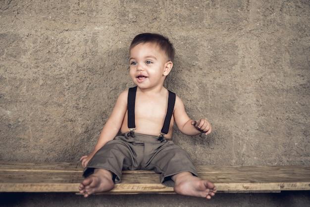 Механик baby boy - сидя на скамейке