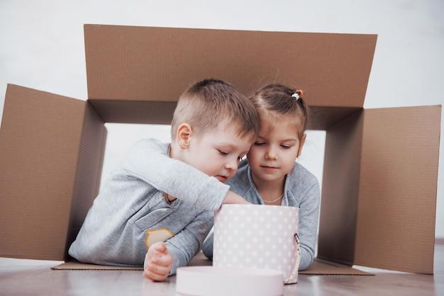 保育園の段ボール箱で遊んでいる弟と妹。