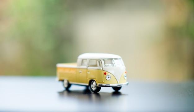 赤ちゃんの車のおもちゃの車クラシックなおもちゃの車の概念とそこにコピースペースです。