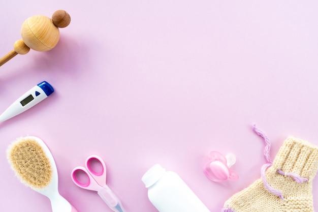분홍색 배경, 위쪽 전망, 카피스페이스에 있는 베이비 케어 키트. 어린이 위생의 개념입니다. 어린이 액세서리, 배경 및..