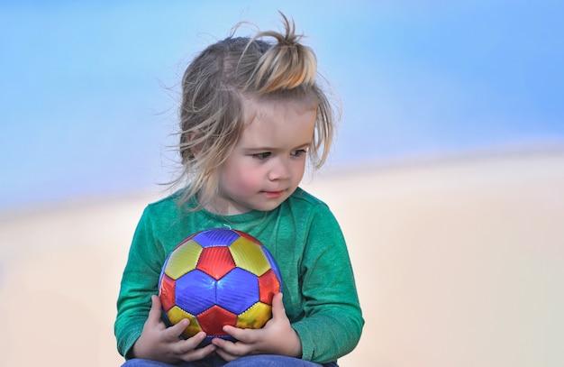 푸른 바다 야외 여름 휴가의 해 안에 공을 들고 아기 아이 소년