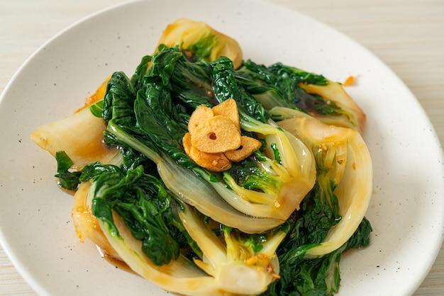 굴 소스와 마늘을 곁들인 아기 배추-아시아 음식 스타일