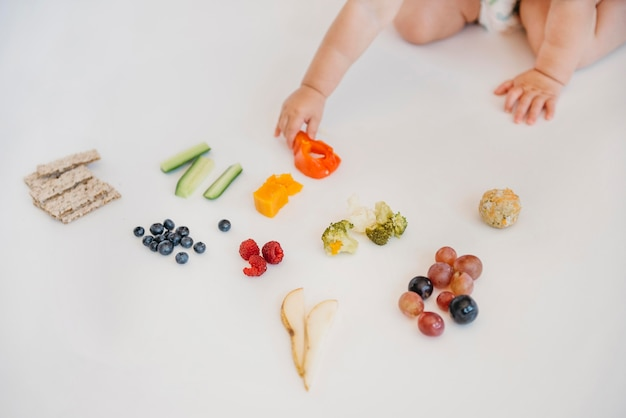 一人で何を食べるかを選ぶ赤ちゃん