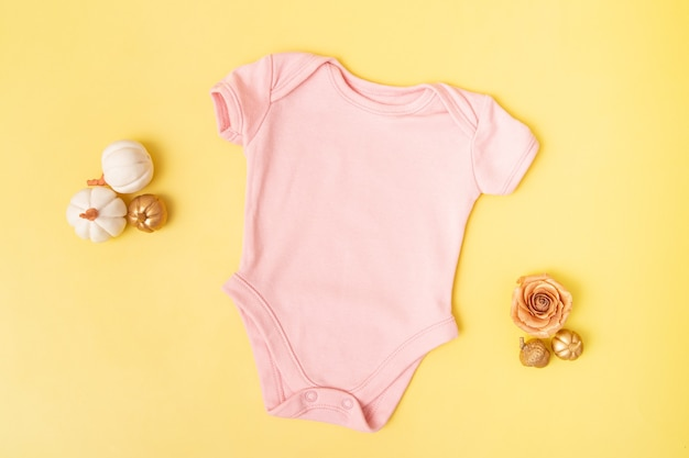 Детский клободи, макет, вид сверху с тыквами на желтом фоне для вашего текста или логотипа в осенний сезон