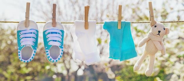 戸外で洗濯した後、ベビー服やアクセサリーはロープで重さを量ります。