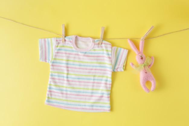 빨랫줄에 아기 옷과 부활절 토끼