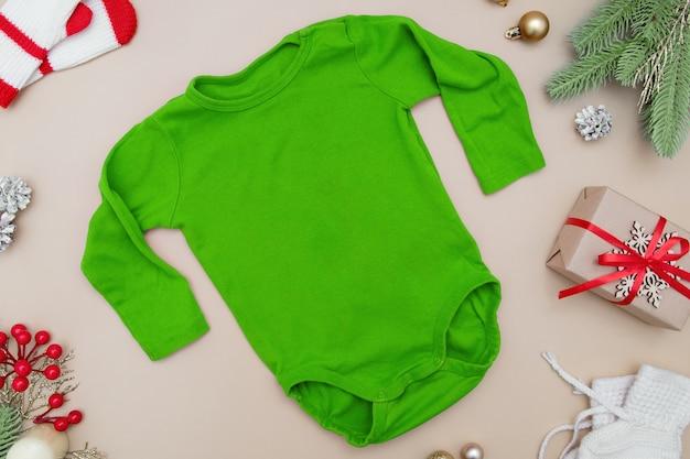 Детская одежда макет с рождественскими новогодними украшениями макет для вашего логотипа
