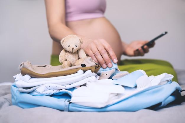 출산 가방에 엄마와 신생아를위한 아기 옷 필수품