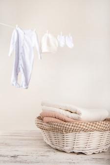 밧줄에 아기 옷 건조. 아이들의 세탁물.