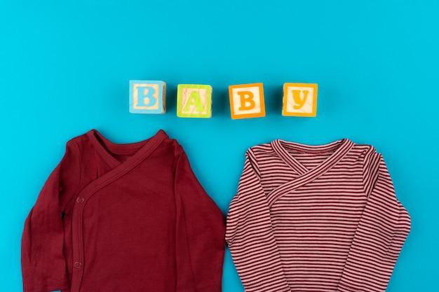 파란색 배경 평면도에 아기 옷